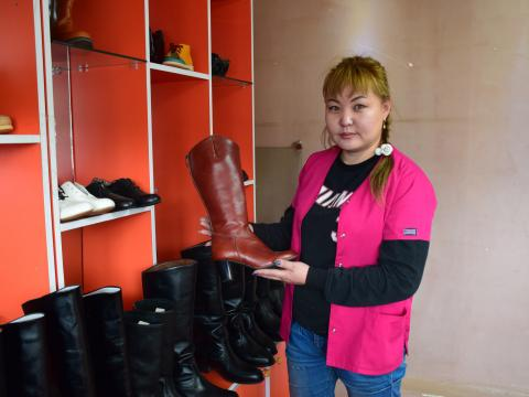Young entrepreneur Erdenebayar, aged 31, manufactures boots with the support of her husband Batbaatar and her daughter Uchral in Zuunkharaa